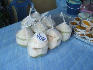 市場で売られているココナツの実