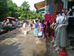 ミャンマーの人は、普段着として、ロンジーと呼ばれる巻きスカートを使っています。