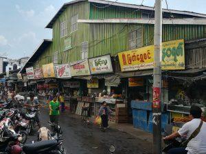 市場の外側にはお菓子などを売る店が並んでいました。