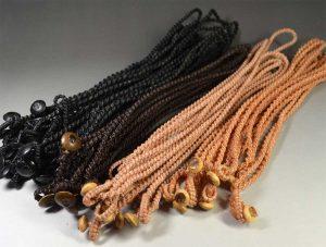 右から:小麦色、杏色、焦茶色、黒色の蝋引き紐を使ったネックレス。