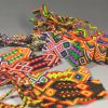 インドの手工芸品市場(ディッリー・ハート)でミサンガを探す